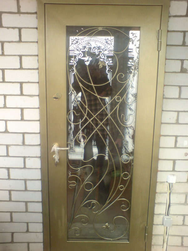 вариант ковки на окно на входной двери